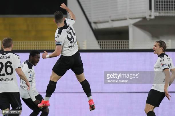 Roberto Piccoli of Spezia Calcio celebrates with teammates after scoring the opening goal during the Serie A match between Spezia Calcio and Cagliari...