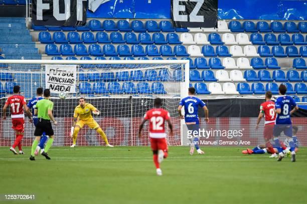 Roberto Soldado of Granada CF scores his team's second goal during the Liga match between Deportivo Alaves and Granada CF at Estadio de Mendizorroza...
