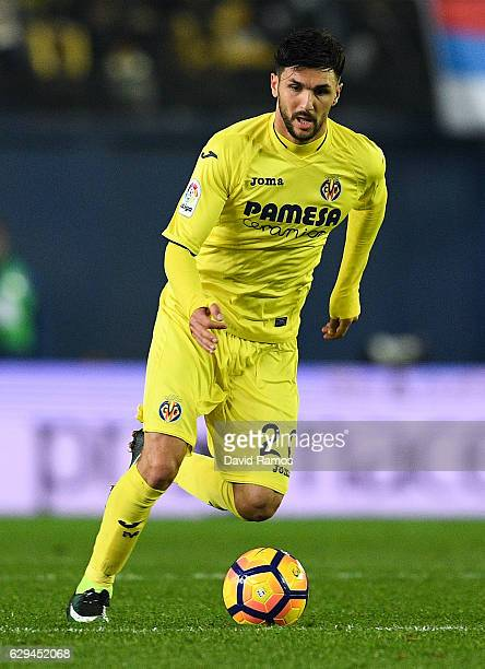 Roberto Soriano of Villarreal CF runs with the ball during the La Liga match between Villarreal CF and Club Atletico de Madrid at El Madrigal stadium...