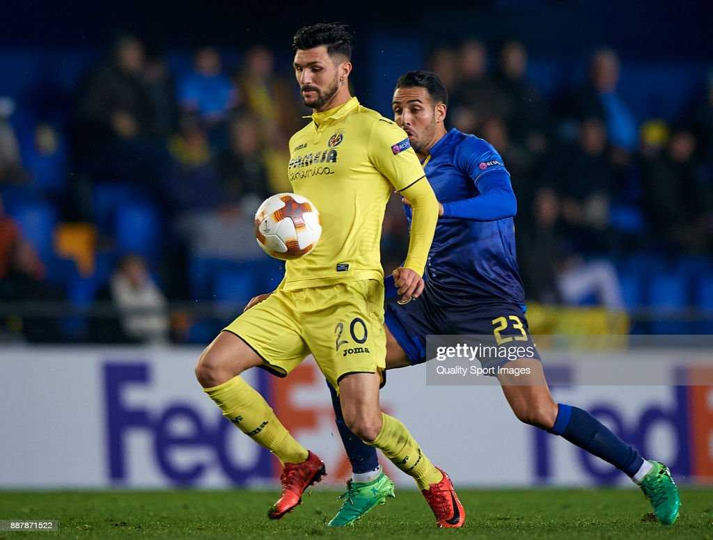 Roberto Soriano (L) of Villarreal competes for the ball with Eyal Golasa of Maccabi Tel Aviv during the UEFA Europa League group A match between Villarreal CF and Maccabi Tel Aviv at Estadio De la Ceramica on December 7, 2017 in Villarreal, Spain.