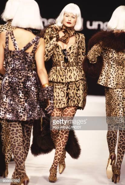 Robes à motif léopard lors du défilé Emanuel Ungaro automne/hiver 1995 à Paris en France