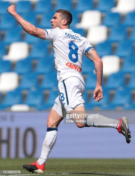 Robin Gosens of Atalanta B.C. Celebrates after scoring their side's first goal during the Serie A match between US Sassuolo and Atalanta BC at Mapei...