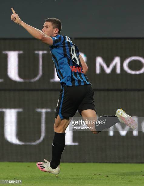 Robin Gosens of Atalanta BC celebrates his goal during the Serie A match between Atalanta BC and SSC Napoli at Gewiss Stadium on July 2 2020 in...