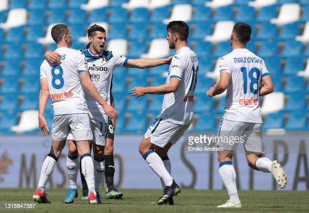 Robin Gosens of Atalanta B.C. Celebrates with Remo Freuler and team mates after scoring their side's first goal during the Serie A match between US...