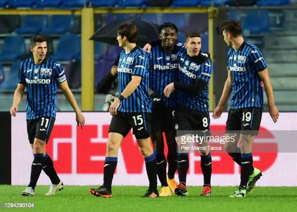 Robin Gosens of Atalanta B.C. Celebrates with team mates Remo Freuler, Marten De Roon, Duvan Zapata and Berat Djimsiti after scoring their sides...