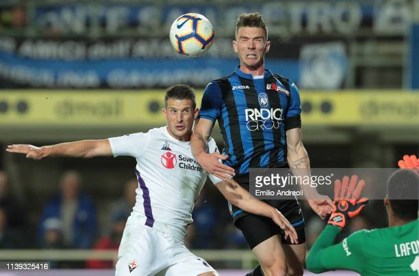 Robin Gosens of Atalanta BC jumps for the ball against Kevin Mirallas of ACF Fiorentina during the TIM Cup match between Atalanta BC and ACF...