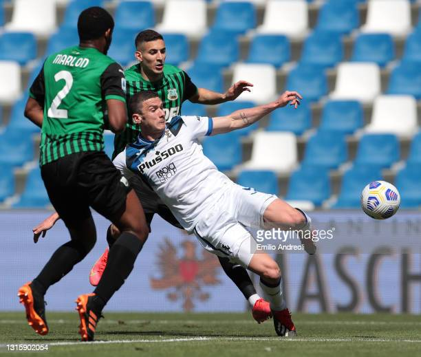 Robin Gosens of Atalanta B.C. Scores their side's first goal during the Serie A match between US Sassuolo and Atalanta BC at Mapei Stadium - Città...