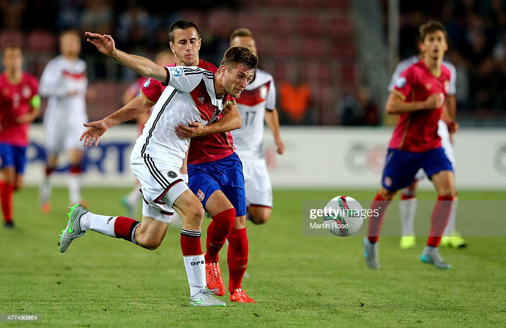 Robin Knoche (L) of Germany and Aleksandar Pesic of Serbia battle for the ball during the UEFA European Under-21 Group A match between Germany and Serbia at Letna Stadium on June 17, 2015 in Prague, Czech Republic.