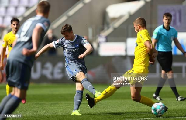 Robin Meissner of Hamburger SV scores their team's first goal during the Second Bundesliga match between VfL Osnabrück and Hamburger SV at Stadion an...