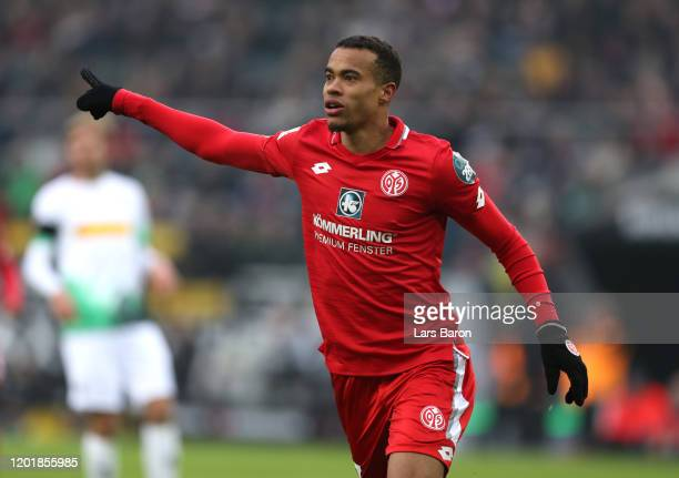 Robin Quaison of 1. FSV Mainz 05 celebrates after scoring his team's first goal during the Bundesliga match between Borussia Moenchengladbach and 1....
