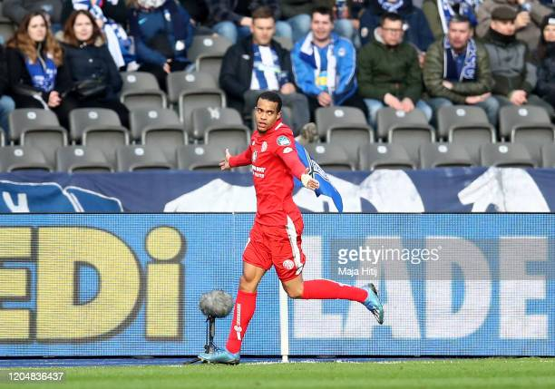 Robin Quaison of 1. FSV Mainz 05 celebrates after scoring his team's first goal during the Bundesliga match between Hertha BSC and 1. FSV Mainz 05 at...