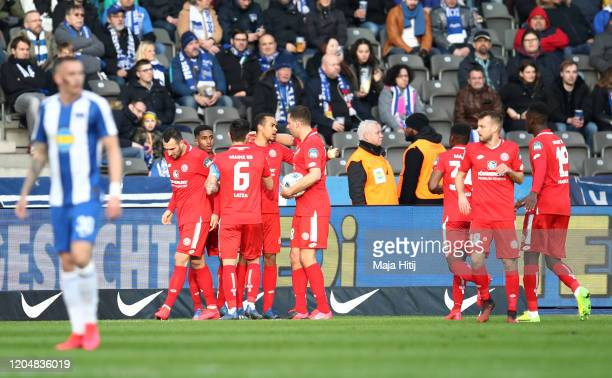 Robin Quaison of 1. FSV Mainz 05 celebrates with teammates after scoring his team's first goal during the Bundesliga match between Hertha BSC and 1....