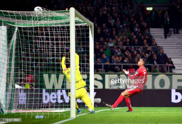 Robin Quaison of 1. FSV Mainz 05 scores his team's fourth goal during the Bundesliga match between SV Werder Bremen and 1. FSV Mainz 05 at Wohninvest...