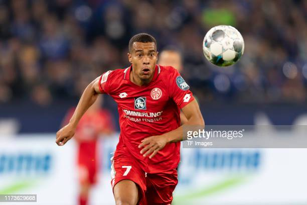 Robin Quaison of FSV Mainz 05 controls the ball during the Bundesliga match between FC Schalke 04 and 1. FSV Mainz 05 at Veltins-Arena on September...