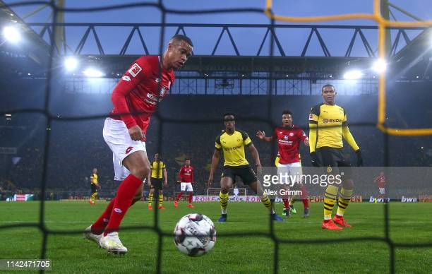 Robin Quaison of FSV Mainz scores his team's first goal during the Bundesliga match between Borussia Dortmund and 1. FSV Mainz 05 at Signal Iduna...