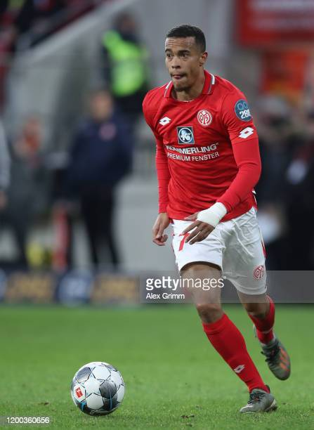 Robin Quaison of Mainz controls the ball during the Bundesliga match between 1. FSV Mainz 05 and Sport-Club Freiburg at Opel Arena on January 18,...