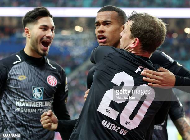 Robin Quaison of Mainz jubilates with team mates after scoring the second goal during the Bundesliga match between RB Leipzig and 1.FSV Mainz 05 at...