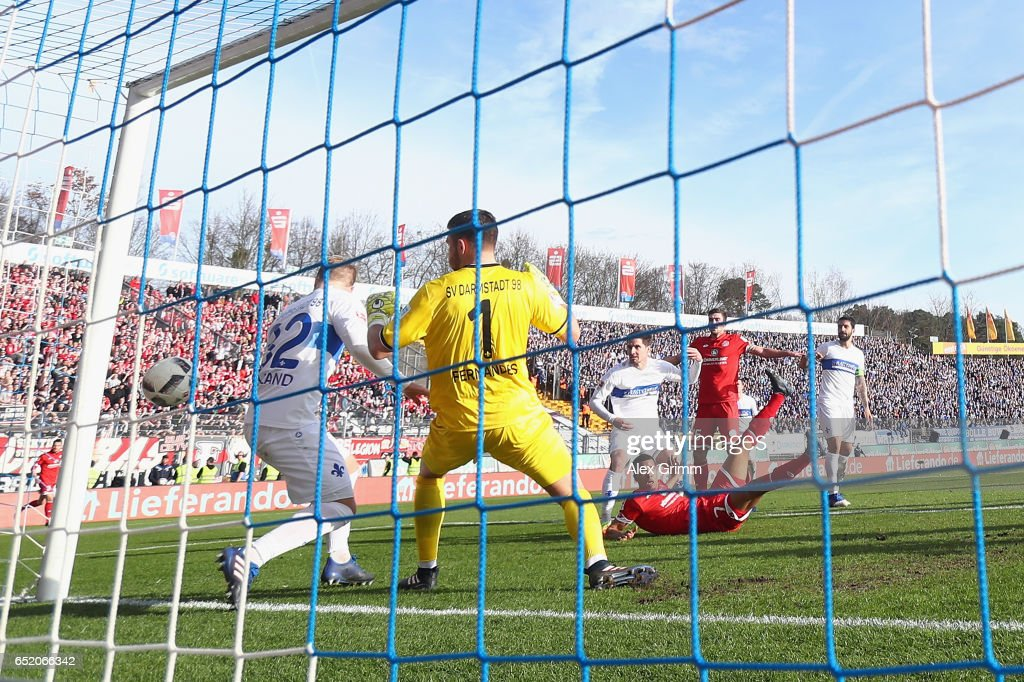 Robin Quaison of Mainz scores his team's first goal during the Bundesliga match between SV Darmstadt 98 and 1. FSV Mainz 05 at Jonathan-Heimes-Stadion am Boellenfalltor on March 11, 2017 in Darmstadt, Germany.