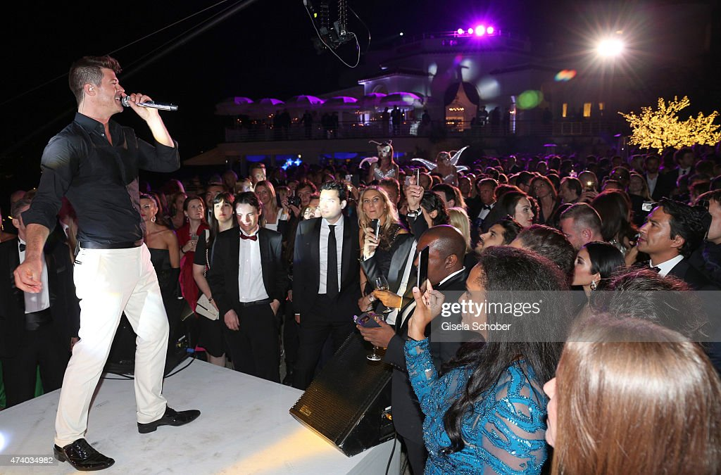Robin Thicke sings during the De Grisogono party during the 68th annual Cannes Film Festival on May 19, 2015 in Cap d'Antibes, France.