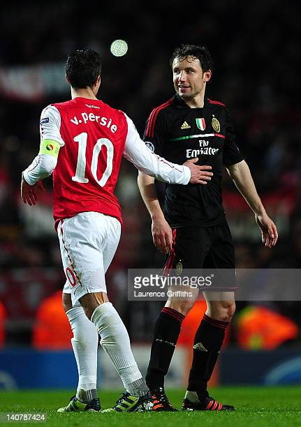 Robin van Persie of Arsenal congratulates Mark van Bommel of AC Milan at the final whistle during the UEFA Champions League Round of 16 second leg...