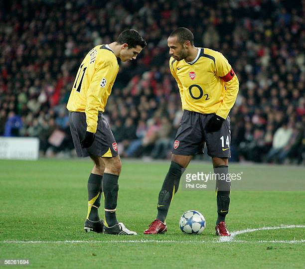 Robin Van Persie of Arsenal talks with Thierry Henry of Arsenal during the Champions League Group B match between FC Thun and Arsenal at the Stade de...