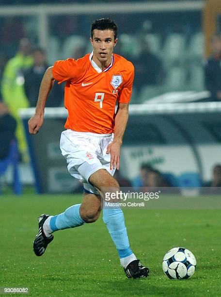 Robin Van Persie of Holland in action during the international friendly match between Italy and Holland at Adriatico Stadium on November 14, 2009 in...