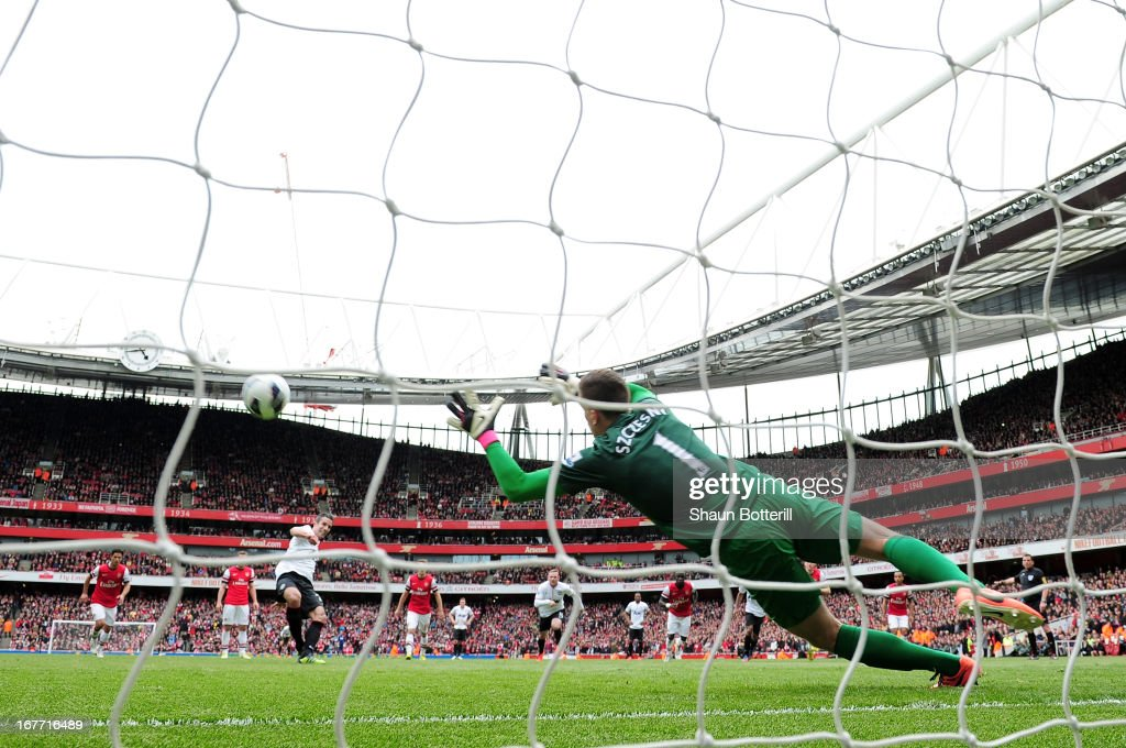 Robin van Persie of Manchester United scores their first goal from the penalty spot past Wojciech Szczesny of Arsenal during the Barclays Premier League match between Arsenal and Manchester United at Emirates Stadium on April 28, 2013 in London, England.