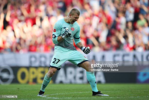 Robin Zentner of 1. FSV Mainz 05 celebrates victory after the Bundesliga match between 1. FSV Mainz 05 and Hertha BSC at Opel Arena on September 14,...
