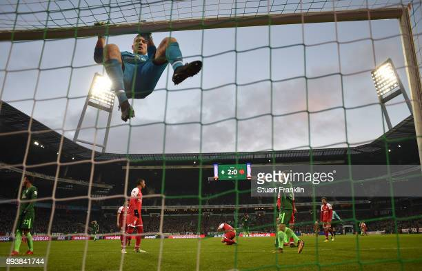 Robin Zentner of Mainz reacts during the Bundesliga match between SV Werder Bremen and 1 FSV Mainz 05 at Weserstadion on December 16 2017 in Bremen...