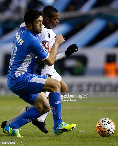 Robinho of Atletico Mineiro fights for the ball with Sergio Vittor of Racing Club during a first leg match between Racing Club and Atletico Mineiro...