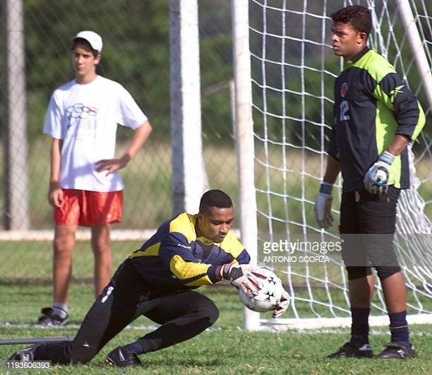 Robinson Zapata grabs the ball as Julian Viafara of the Colombian team watches 16 January 2000 in Londrina Brazil El arquero Robinson Zapata ataja el...