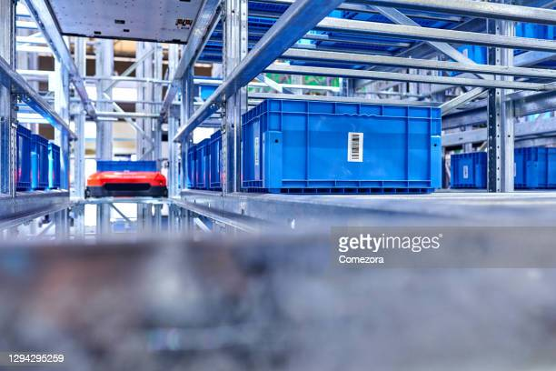 robot and shelf in modern distribution warehouse - big data storage stock pictures, royalty-free photos & images