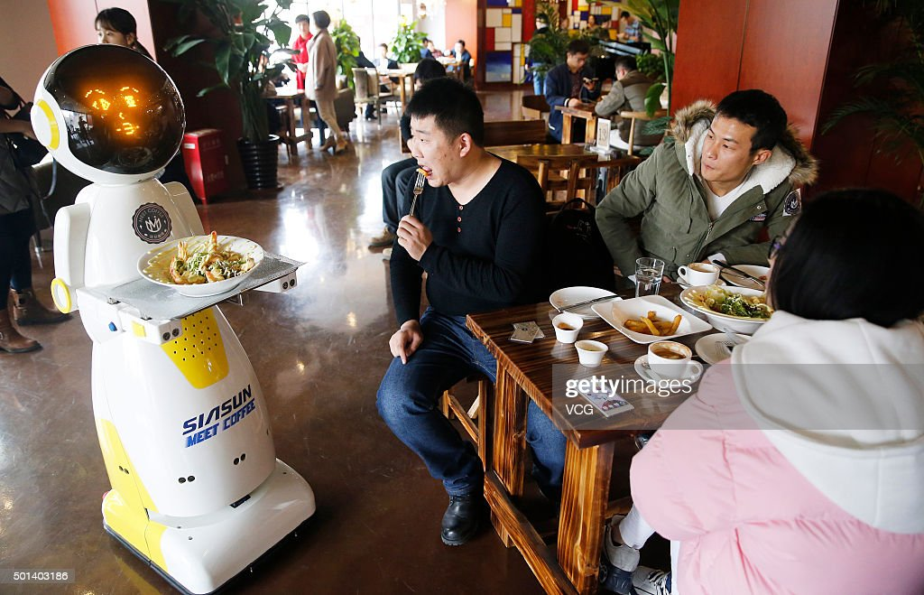 Shandong Appears First Service Robot In A Restaurant : News Photo