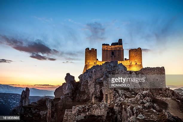 カラッシオ城でアブルッツォ、l'aquila 州イタリア - アブルッツォ州 ストックフォトと画像