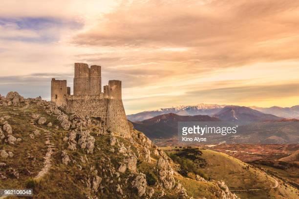 rocca calascio - アブルッツォ州 ストックフォトと画像