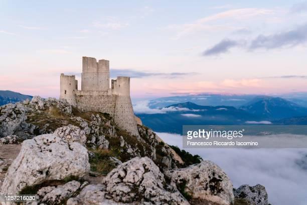 rocca calascio ruins at sunset, gran sasso national park, abruzzo, italy - parco nazionale del gran sasso e monti della laga foto e immagini stock