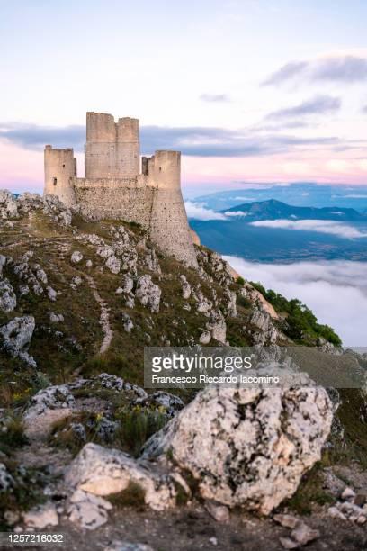 rocca calascio ruins at sunset, gran sasso national park, abruzzo, italy - iacomino italy foto e immagini stock