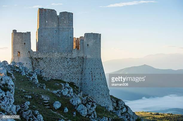 rocca di calascio - imposing medieval castle ruins in abruzzo italy europe - château photos et images de collection