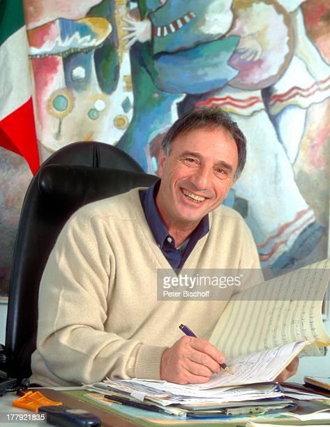 Rocco Granata, Homestory, Deurne, Antwerpen, Belgien, Europa, lächeln , Notenheft, Gemälde im Hintergrund, Arbeitsplatz, Schlagersänger, RW,