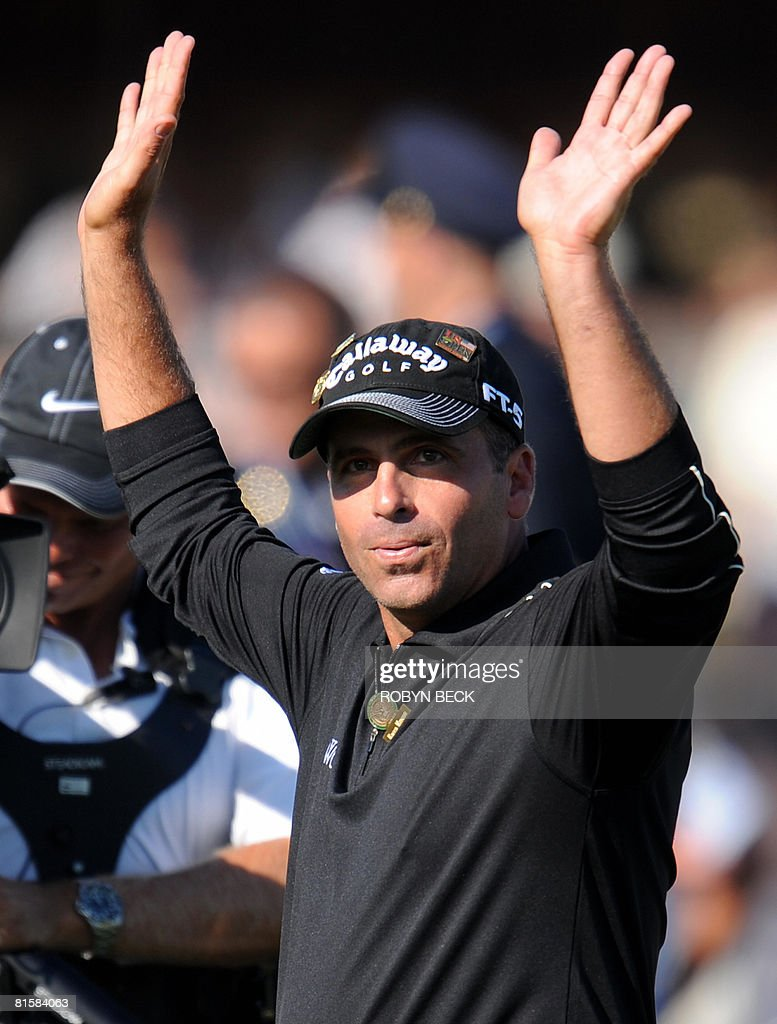 Rocco Mediate of the US waves to the crowd after finishes his last shot on the 18th green, in the fourth round of the 108th US Open golf tournament at Torrey Pines Golf Course in San Diego, California on June 15, 2008. Tiger Woods tied Mediate's winning score on his last shot, forcing a playoff which will take place on June 16.