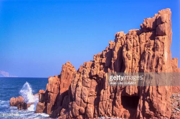 Rocher de porphyre rouge sur la plage du hameau d'Arbatax a Tortoli Italie