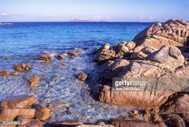 Rochers sur la Spiaggia Capriccioli en Sardaigne Italie