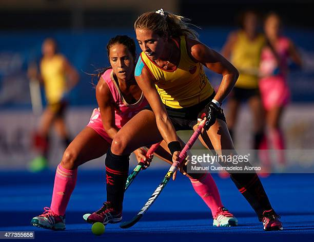 Rocio Sanchez of Argentina competes for the ball with Cristina Guinea of Spain during the match between Argentina and Spain at Polideportivo Virgen...