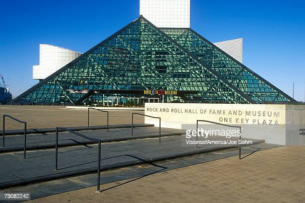 rock and roll hall of fame museum, cleveland, oh - rock and roll hall of fame cleveland stock pictures, royalty-free photos & images