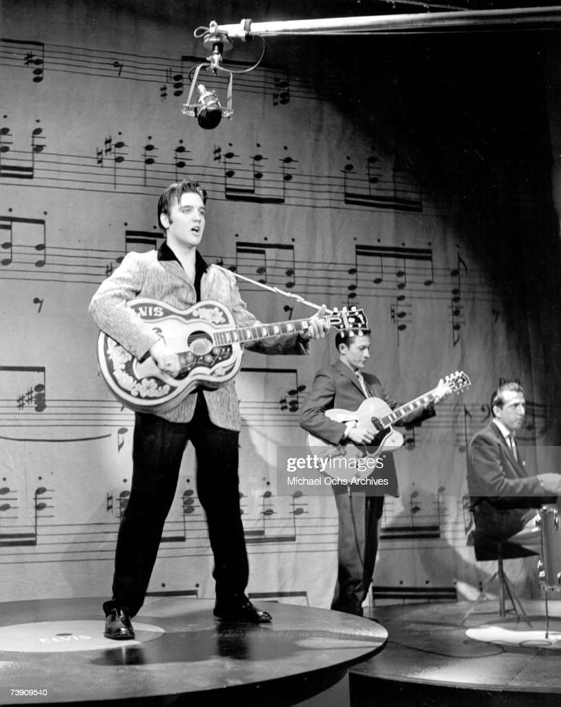 Rock and roll musician Elvis Presley performs... : News Photo