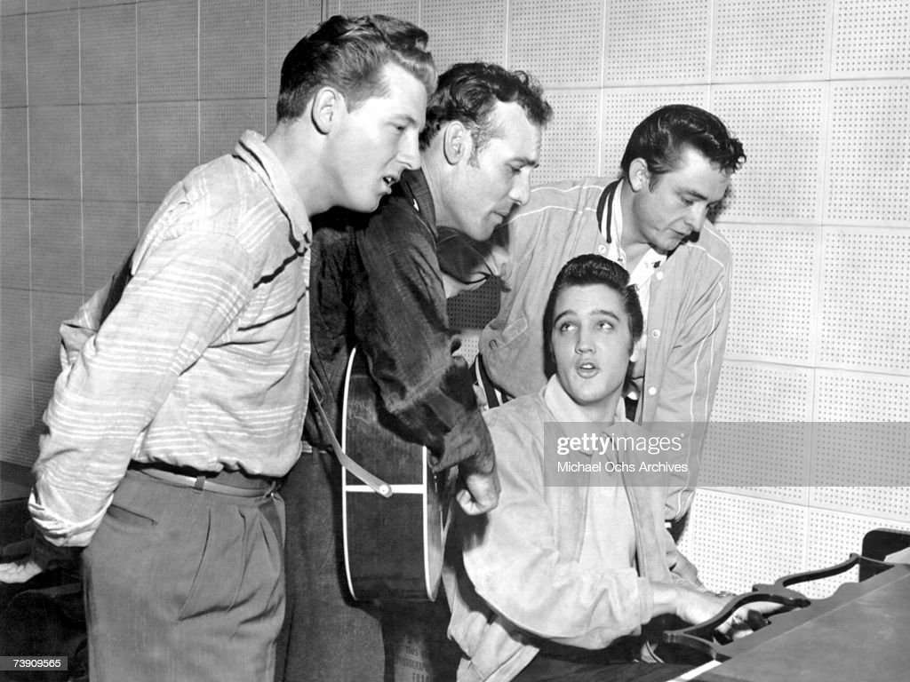 Rock and roll musicians Jerry Lee Lewis, Carl Perkins, Elvis Presley and Johnny Cash as 'The Million Dollar Quartet' : News Photo