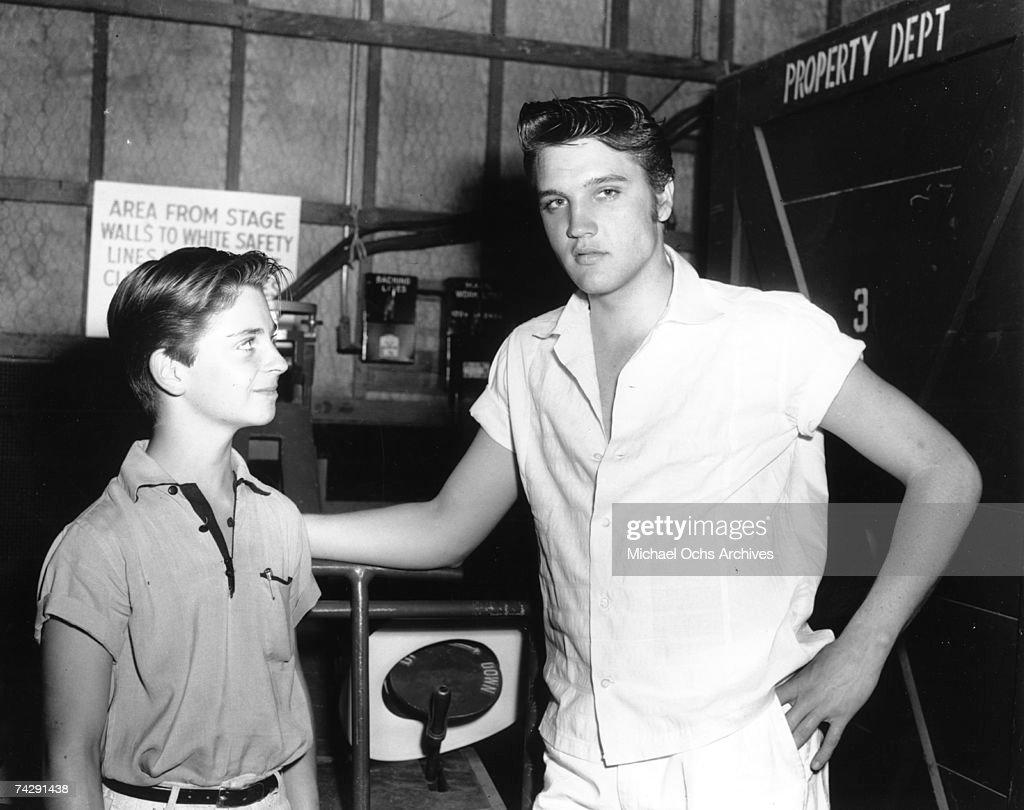 Elvis Presley with a fan behind the scenes : Fotografía de noticias
