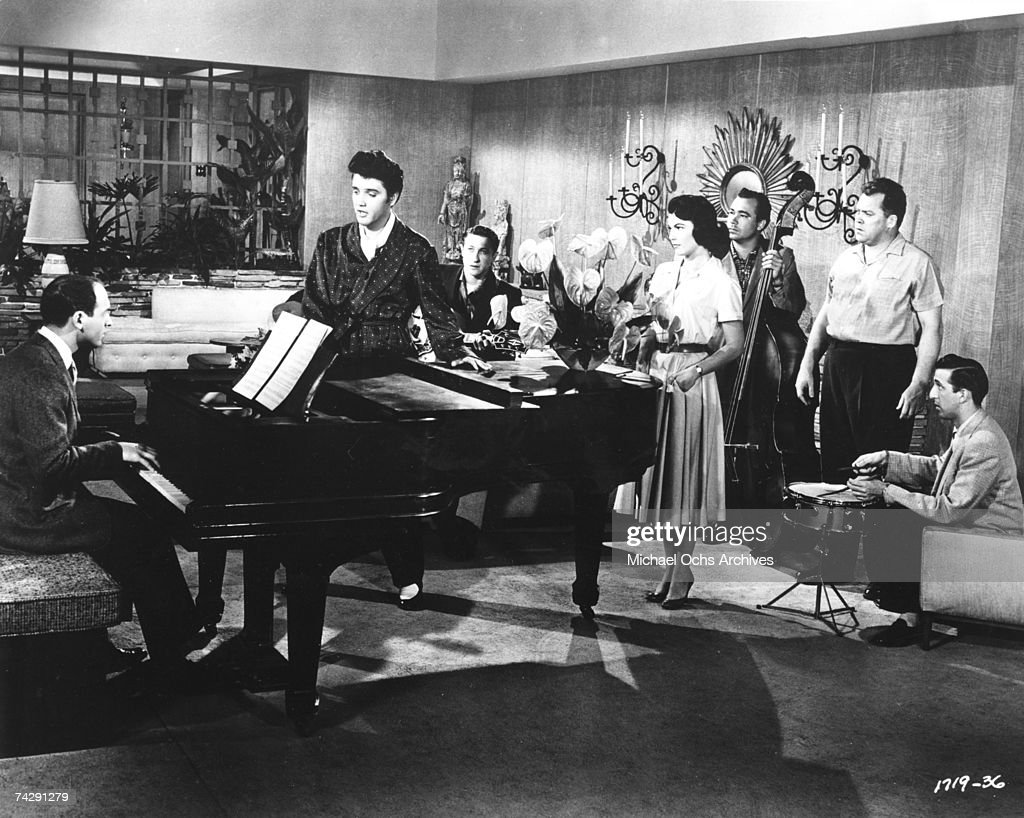 Elvis Presley performs with songwriter Mike Stoller : News Photo
