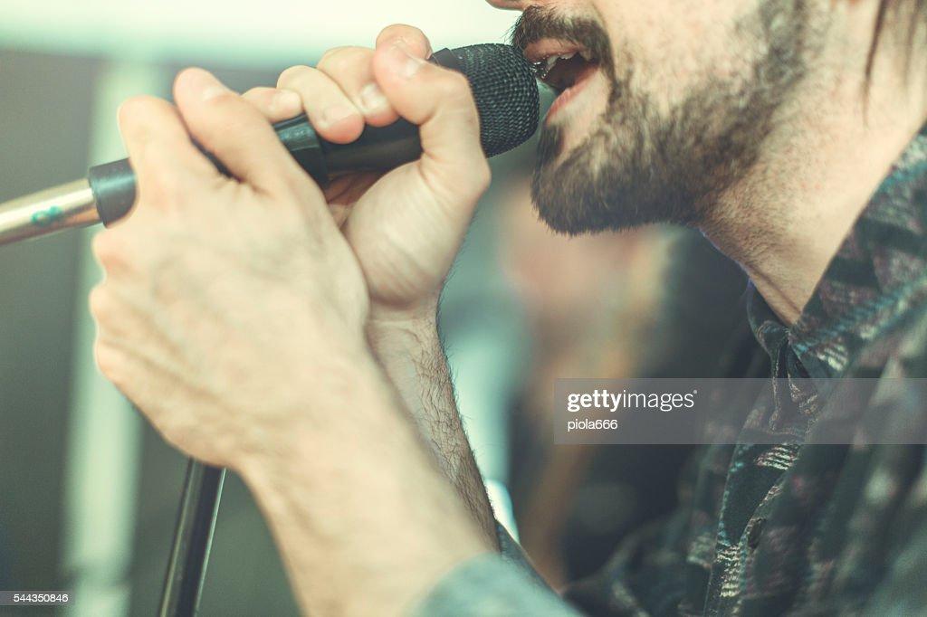 Banda de Rocha em ação: O cantor : Foto de stock