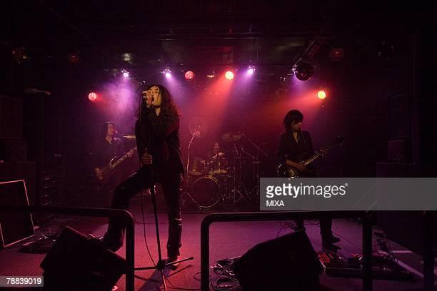 rock band in concert - banda de rock - fotografias e filmes do acervo
